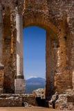 Ruïnes en kolommen van antiek Grieks theater in Taormina en Etna stock afbeelding