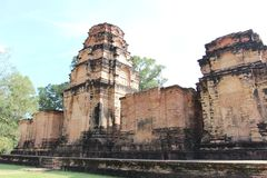 Ruïnes en muren van een oude stad in Angkor complex, dichtbij a Royalty-vrije Stock Foto's