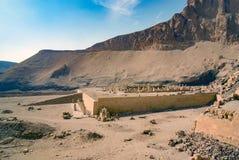 Ruïnes en promenade van de tempel ter ere van de farao worden gezien die royalty-vrije stock afbeelding