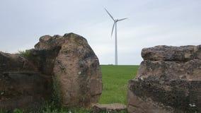 Ruïnes en windturbine op het gebied stock footage