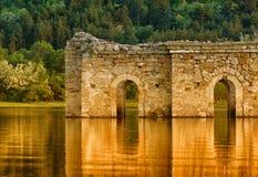 Ruïnes in het Meer Stock Afbeeldingen