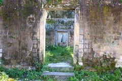 Ruïnes in het park van Mon Repos in de stad van Korfu, Griekenland stock foto's