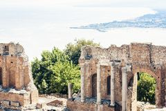 Ruïnes van amfitheater in Taormina, Sicilië, Italië stock fotografie