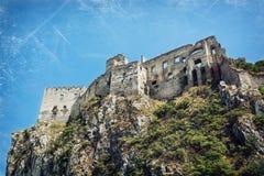 Ruïnes van Beckov-kasteel op de hoge rots stock afbeelding
