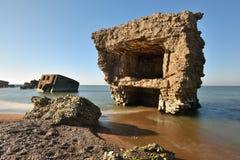 Ruïnes van bunker op het strand royalty-vrije stock afbeelding