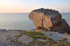 Ruïnes van bunker op het strand stock afbeelding
