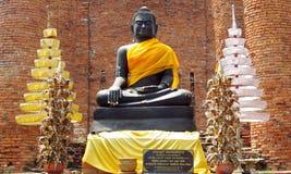 Ruïnes van de Ayutthaya de oude stad in Thailand, het zwarte standbeeld van Boedha Stock Fotografie