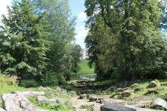 Ruïnes van de Colonnade van Apollo Pavlovskypark De stad van Pavlovsk stock foto