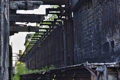 Ruïnes van de fabriek - muur met gebroken stralen Stock Afbeeldingen
