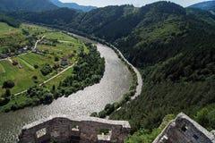 Ruïnes van de het Strecno-kasteel en Vah-rivier, Slowakije stock foto