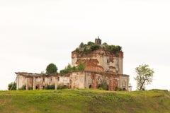 Ruïnes van de kerk in bewolkt weer Royalty-vrije Stock Afbeeldingen