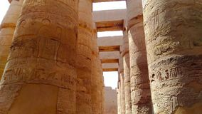 Ruïnes van de mooie oude tempel van Karnak in Luxor stock footage