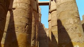 Ruïnes van de mooie oude tempel van Karnak in Luxor stock video