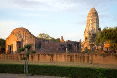 Ruïnes van de oude Boeddhistische tempel van Wat Ratchaburana Wat Rat Burana op de zonsopgang Ayutthaya, Thailand Stock Foto's