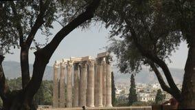 Ruïnes van de tempel van zeus door olijfbomen in Athene, Griekenland wordt ontworpen dat stock video