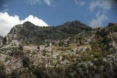 Ruïnes van de vesting in de stad van Kotor die, Montenegro wordt gevestigd royalty-vrije stock afbeeldingen