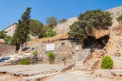 Ruïnes van de vroegere lepralijderkolonie op Spinalonga-Eiland stock foto