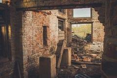 Ruïnes van een geruïneerde oude grote fabriek Stock Afbeelding