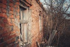 Ruïnes van een geruïneerde oude grote fabriek Royalty-vrije Stock Afbeeldingen