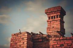 Ruïnes van een geruïneerde oude grote fabriek Stock Afbeeldingen