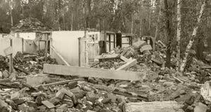 Ruïnes van een huis onder bomen De herfst van 2017 Stock Afbeeldingen