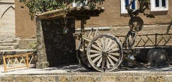 Ruïnes van een kleihuis en oude karwielen stock fotografie