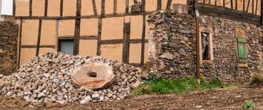 Ruïnes van een oödwatermolen en een steenmolen met Beieren, Duitsland stock afbeelding