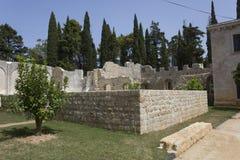 Ruïnes van een oud klooster in Lokrum-eiland stock fotografie