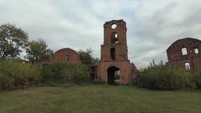 Ruïnes van een Oude Kasteel en Baksteentoren stock videobeelden