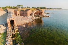 Ruïnes van een oude vesting op de kust Stock Afbeelding