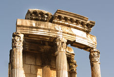 Ruïnes van een portiek van een oude Roman tempel stock afbeeldingen