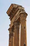 Ruïnes van een portiek van een oude Roman tempel stock fotografie