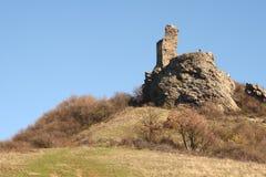 Ruïnes van een vesting op een heuvel Royalty-vrije Stock Afbeeldingen