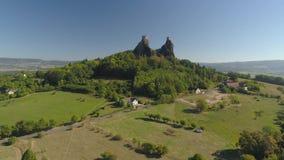Ruïnes van Gotisch kasteel Trosky in Nationaal Park Tsjechisch Paradise Luchtmening aan middeleeuws monument in Tsjechische Repub stock video
