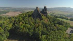 Ruïnes van Gotisch kasteel Trosky in Nationaal Park Tsjechisch Paradise Luchtmening aan middeleeuws monument in Tsjechische Repub stock videobeelden
