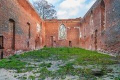 Ruïnes van gotische kerk van een rode baksteen Stock Afbeeldingen