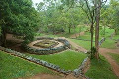Ruïnes van heilige structuur van oude stad Sigiriya met landelijke landschap en bomen, Sri Lanka De Plaats van de Erfenis van de  Stock Afbeelding