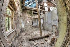 Ruïnes van het gebouw in dilapidated voorwaarde royalty-vrije stock fotografie