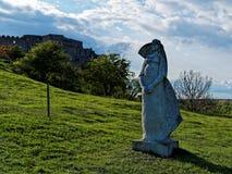 Ruïnes van het kasteel Devin dichtbij Bratislava, Slowakije wordt gevestigd dat Beeldhouwwerk van een Vrouw Stock Foto's