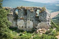 Ruïnes van het kasteel Gymes in de zomer royalty-vrije stock foto's