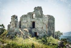 Ruïnes van het kasteel Gymes, gekrast patroon stock afbeeldingen