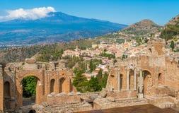 Ruïnes van het Oude Griekse Theater in Taormina met de vulkaan van Etna op de achtergrond Provincie van Messina, Sicilië, Italië stock fotografie