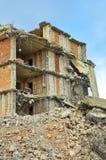 Ruïnes van het vernietigde gebouw en de woning stock foto