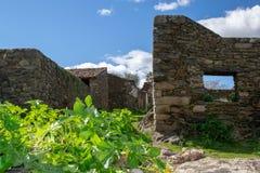 ruïnes van huizen in verlaten dorp royalty-vrije stock fotografie
