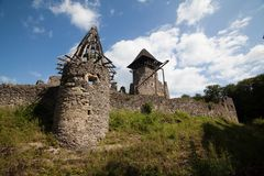 Ruïnes van Kasteel Nevytske in gebied Over de Karpaten Uzhgorodfoto Ingebouwd Nevitskykasteel 13de eeuw ukraine royalty-vrije stock afbeelding