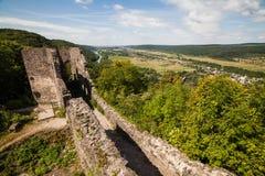 Ruïnes van Kasteel Nevytske in gebied Over de Karpaten Uzhgorodfoto Ingebouwd Nevitskykasteel 13de eeuw ukraine stock fotografie