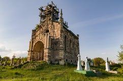 Ruïnes van Katholieke Veronderstellingskerk naast overblijfselen van Chervonohorod-Kasteel in de Oekraïne Royalty-vrije Stock Afbeelding
