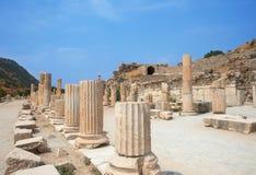 Ruïnes van kolommen in oude stad van Ephesus Stock Afbeeldingen