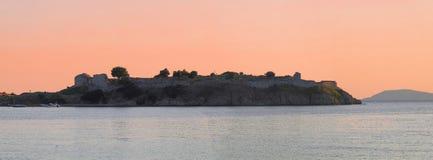 Ruïnes van Likithos-kasteel bij zonsondergang in Toroni - Griekenland stock foto