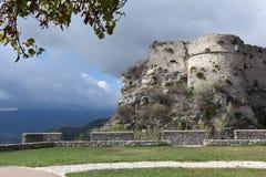 Ruïnes van middeleeuws fort in Gerace royalty-vrije stock afbeeldingen